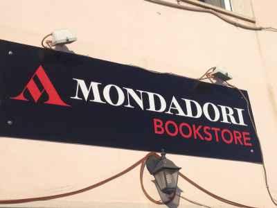 """Insegna """"MONDADORI BOOKSTORE"""""""